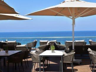המרפסת פתוחה לאורחי המלון ולקהל הרחב בין החודשים אפריל עד אוקטובר ומהווה מוקד משיכה למפגשים רומנטיים, משפחתיים, וגם לפגישות עסקיות באוויר הפתוח