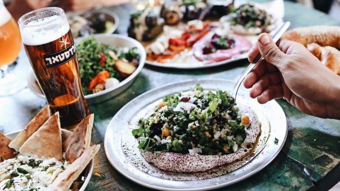 תפריט האוכל משלב מאזטים, סלטים, כריכים המוגשים בלחם מרוקאי, מאפים ופיצות, ויש כאן שישה ברזים של בירה מהחבית.צילום נורית פוסקס