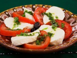 מאפייני הדיאטה כוללים הרבה מזונות מן הצומח כמו פירות, ירקות, אגוזים, גרעינים, קטניות. צילום pixabay