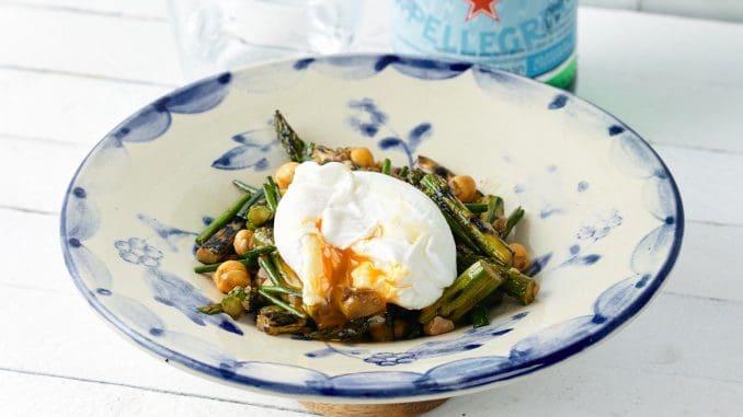 אספרגוס צלוי על האש וביצה עלומה של השף אוראל קמחי. צילום אמיר מנחם