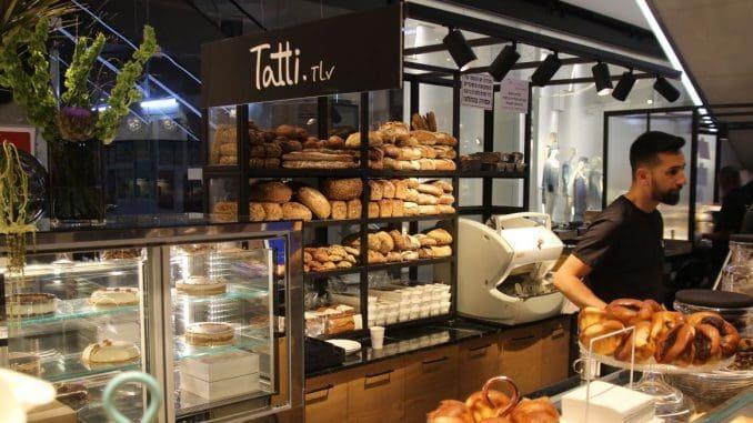 Tatti Bakery בתל אביב ממוקם בקומה התחתונה של הקניון בצמוד לחנות זארה