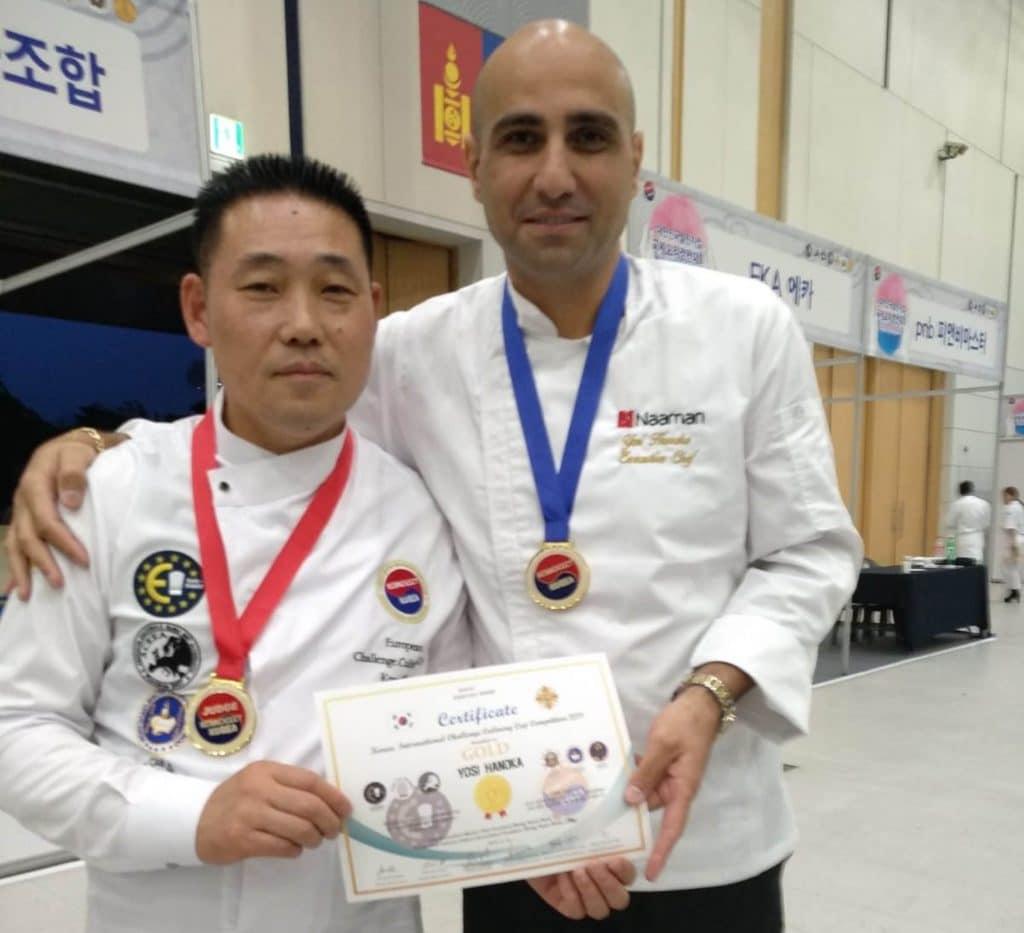 השף יוסי חנוכה עם נשיא איגוד השפים של דרום קוריאה