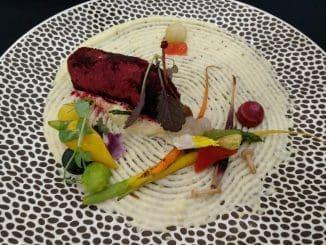 המנה שזכתה במדליית ארד במקצה דגים: סלמון מצופה באבקת סלק על מצע פולנטה עם ירקות גינה מוקפצים