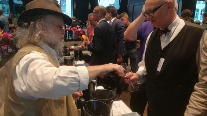 זאב דוניה מטעים את יינותיו באירוע היקבים התאומים בברלין. צילום יוני כהן