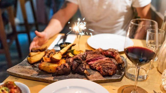 """מסעדת חוות צוק - """"מספקת את שירות היין הטוב ביותר"""" בישראל? צילום אלי כרמי מתוך דף הפייסבוק"""