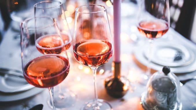 כמו בכל שנה המדור שלנו נצבע באין ספור גווני יינות ורודים. צילום pixabay
