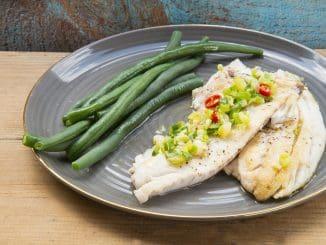 מטגנים במעט שמן את נתחי הדג. מתחילים בצד העור ואחרי 3-2 דקות הופכים ומטגנים את הצד השני. צילום הדס ניצן