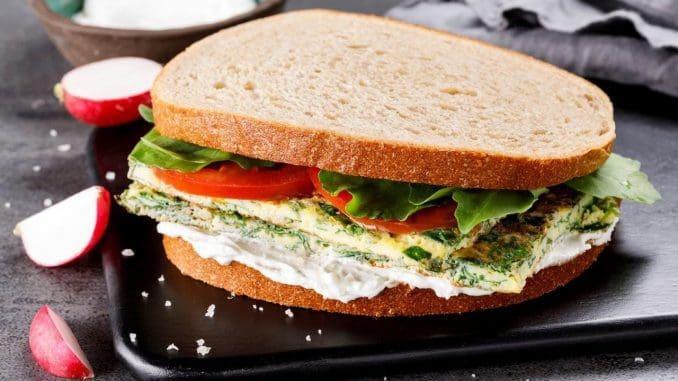 ענת הראל אומרת כי הכריך הזה אהוב עליה באופן אישי. מעבר לכך שמדובר בשילוב של מרכיבים בריאים שנותנים לגוף את כל אבות המזון שהוא זקוק להם בארוחה אחת – הוא פשוט טעים. צילום אורן דאי, סטיילינג ענת לבל