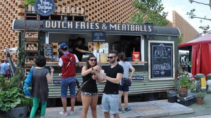 בערים רבות בעולם משאיות האוכל ורוכלי המזון מספקים כדי מחצית מארוחות הצהריים במרכזי העסקים. צילום אודי גולדשמידט