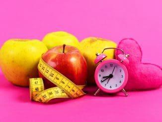 חותכים תפוח או אפרסק או פרי אחר ומניחים מעל היוגורט הקפוא. צילום הרבלייף/שאטרסטוק