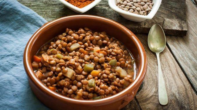 להכניס למחבת שמן, שום, קוביות עגבנייה, רכז עגבניות ומים – להביא לרתיחה. להוסיף קוביות דלעת, עדשים מושרות ותבלינים. מבשלים כ- 30 דקות. צילום ניב סמבן