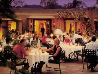 לנו הישראלים לאכול בחוץ נראה כמשהו רגיל, אבל בעולם זו יכולה להיות חוויה המעצבת טיול