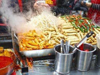 מטיילים בעולם נוטים לחפש שווקי אוכל רחוב כדי להתנסות באוכל מקומי
