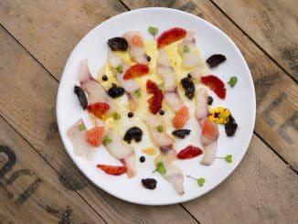 מפזרים בין הדגים פילטים של תפוזי דם ופילטים של אשכולית אדומה או פומלה. צילום הדס ניצן