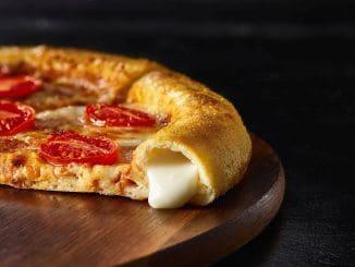 פיצה משפחתית המציעה מילוי גבינות שנועדו לתת ביסים טעימים במיוחד לקראת סוף הפיצה