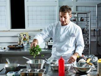 השף אידלמן הדגים כיצד אוממיקס יכול להפחית מלח וסוכר, להחליף את ה-MSG ולהעצים את טעם המזון. צילום אמיר מנחם