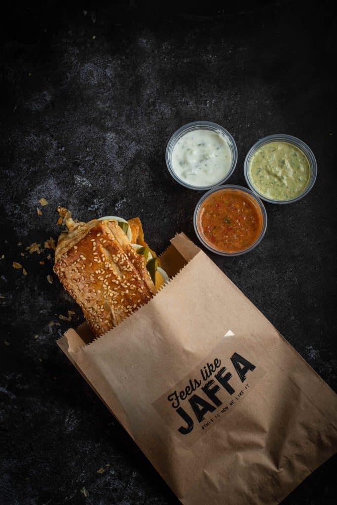 Jaffa Style (פרווה וחלבי) – מגוון מאפים מוכנים בשילוב מטבלים ותוספות בסגנון הגשה של אוכל רחוב. צילום שני בריל