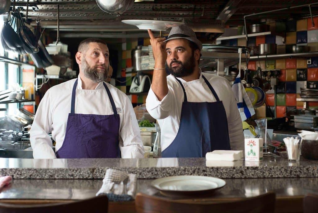 השפים אסף גרניט (משמאל) ואורי נבון במסעדת מחניודה. צילום מהאתר
