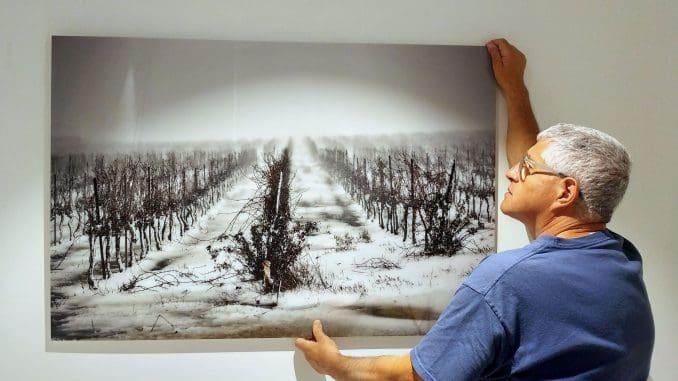 """""""יש אנשים שפתחו את הבית שלהם בשבילי כשהתחלתי לעסוק בצילום יין, בלי לבקש דבר בתמורה"""". צילום בן שניידר"""