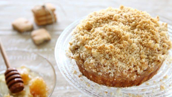 מערבבים את הפירורים עם החמאה המומסת או השמן ומפזרים את הפירורים הלחים מעל התפוחים. צילום לירון אלמוג