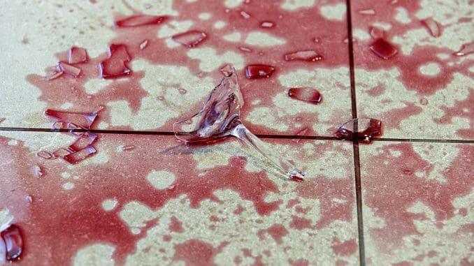 לפעמים כוס יין שבורה הופכת ליצירת אמנות. צילום איל גוטמן