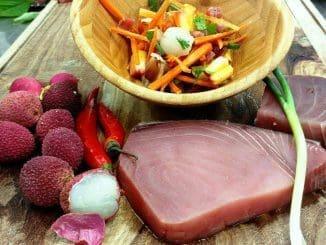 מערבבים את הדג והירקות. מתבלים בלימון, שמן זית, מלח ופלפל לפי הטעם. צילום הגושרים מלון בטבע