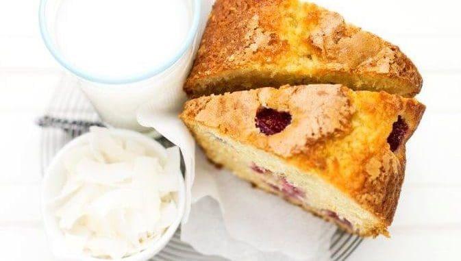 בעזרת אצבע דוחפים מעט כל פרי בעדינות לתוך העוגה ומאבקים את פני העוגה בסוכר