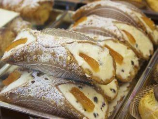 הקנולי האיטלקי הוא רול של בצק מטוגן מלא בגבינת ריקוטה מתוקה, שבדרך כלל מכיל גם פיסטוקים או שבבי שוקולד