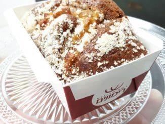 מפזרים מעל תערובת העוגה את קוביות התפוחים המעורבבות במעט קמח וסוכר חום. צילום גל פוני