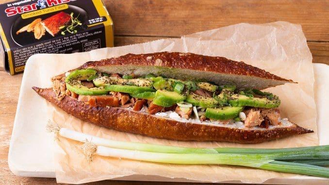 סנדוויץ' טונה מעושנת עם גבינת שמנת, אבוקדו, בצל ירוק ומלפפון. צילום שני הלוי
