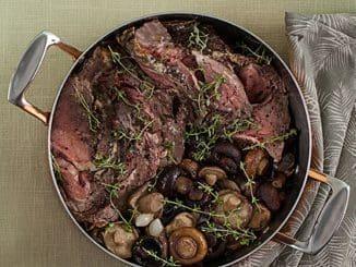 פורסים את הבשר לפרוסות עבות כמספר הסועדים ומגישים לצד תבשיל הפטריות. צילום חיים יוסף. סגנון אוריה גבע