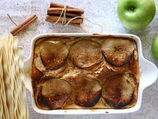 """פורסים את תפוחי העץ לפרוסות בעובי 2-3 מ""""מ. מטגנים אותן במחבת עם מעט חמאה מומסת וסוכר חום. צילום ברילה"""