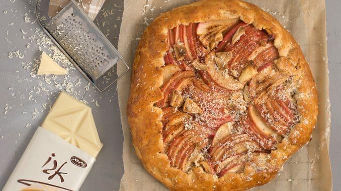 מחזירים לתנור עד שהבצק משחים. התפוחים יקורמלו במהלך האפייה וכן השוקולד הלבן. צילום גלי איתן