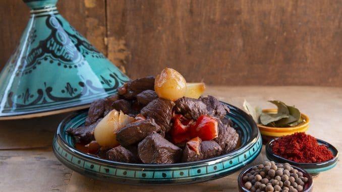 מוסיפים את הבשר והירקות ומבשלים על אש קטנה במשך כ- 60 דקות. צילום הדס ניצן