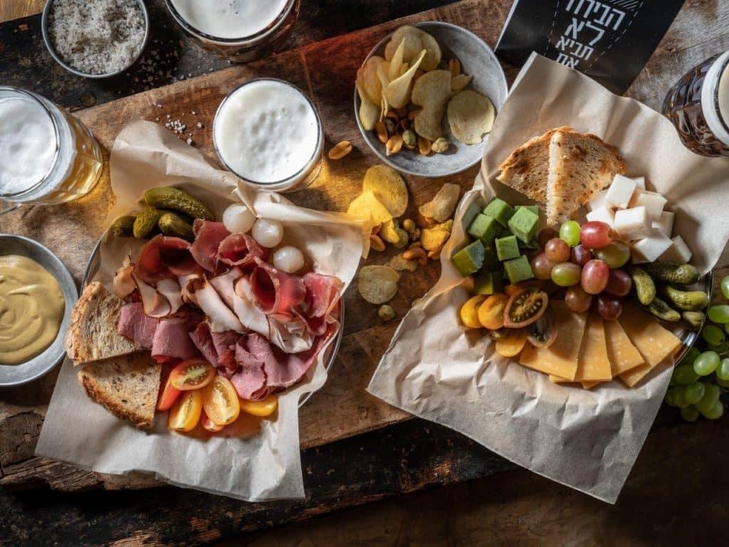 צלחת נקניקים וצלחת גבינות. צילום אנטולי מיכאלו