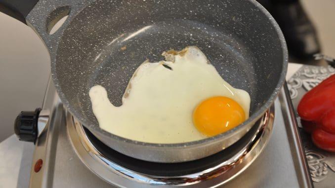 ביצת עין מטוגנת ללא שמן כלל. צילום איריס לוי