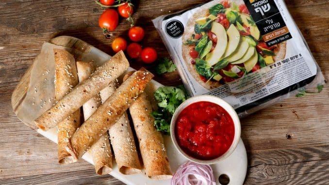 אופים בתנור שחומם מראש ל-200 מעלות במשך 20 דקות או עד שהטורטיות זהובות. מגישים חם לצד רוטב עגבניות. צילום נטע חן ליבנה