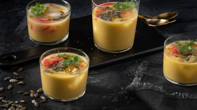 הכניסו לבלנדר את עגבניות השרי, השמן והמלח, והפעילו. צילום אנטולי מיכאלו