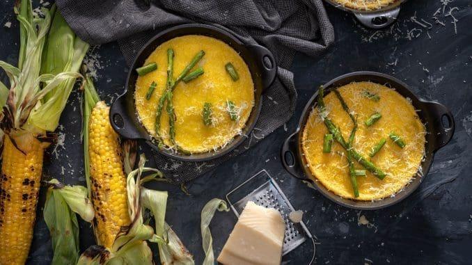 כשהפולנטה יוצאת מהתנור פזרו על כל צלחת שני גבעולי אספרגוס חתוכים וקצת חמאה. צילום אנטולי מיכאלו