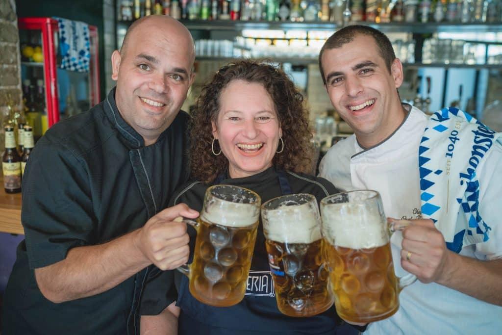 השפים אוראל קמחי (מימין), אביבית פריאל ועינב אזגורי חוגגים אוקטוברפסט של בירה ואוכל. צילום אילן ספירא