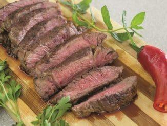 לקבלת מרקם רך פורסים את הבשר בניגוד לכיוון הסיבים שלו. צילום אורה קורן