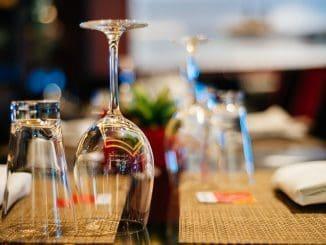 תנו לאורחים שלכם לבחור את תכולת הכוסות שתלווה אותם במשך הארוחה כולה.