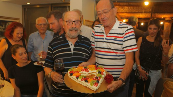 אמנון פאר מציג למיכאל (מימי) בן יוסף את עוגת האהבה ליום הולדתו ה-87. צילום דוד סילברמן dpsimages