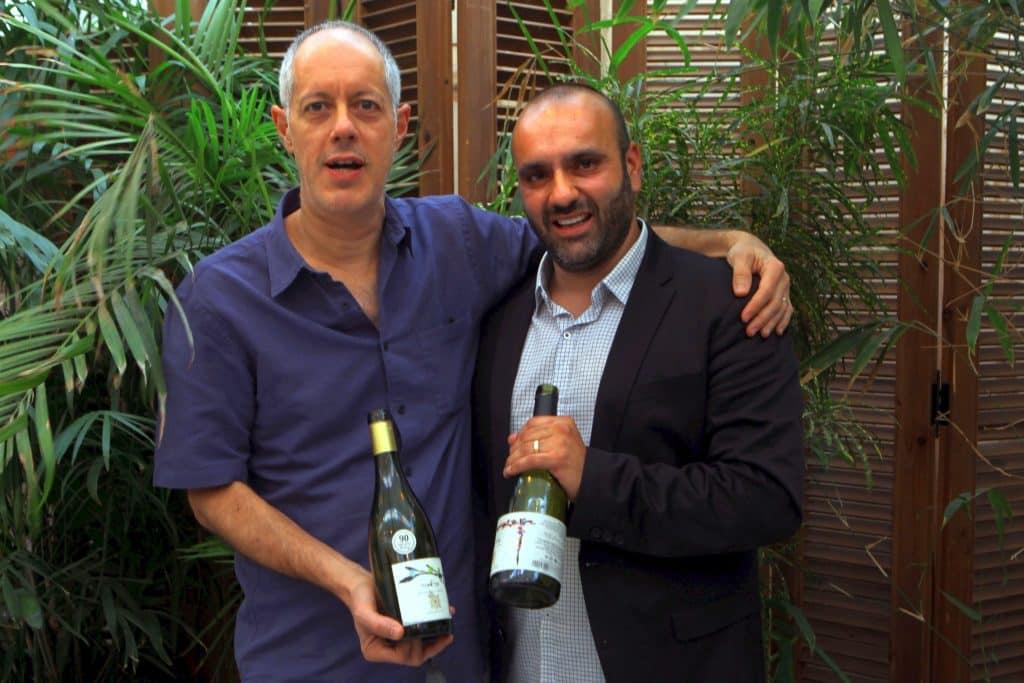 """נועם יעקובי מנכ""""ל יקב רקנאטי (משמאל) וקובי ארביב היינן הראשי עם גיבורי הטעימה. צילום דוד סילברמן dpsimages"""