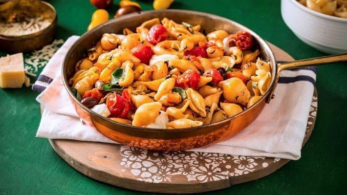 מוסיפים את הפסטה המבושלת עם מעט ממי הבישול למחבת עם העגבניות ומקפיצים יחד. צילום אפיק גבאי