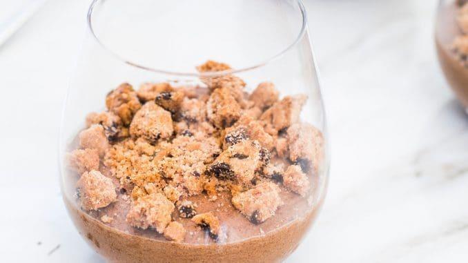 מקציפים בקערת מיקסר עד למרקם קרמי ומפוררים עוגיות מיני קוקיס בתחתית כוסות. צילום גלי איתן