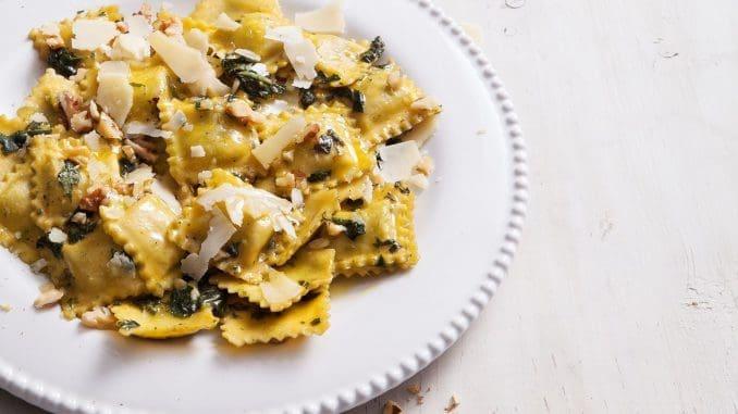 מפוררים מעל גבינת עיזים, מפזרים ארוגולה ומגישים חם. צילום אסף אמברם, סטיילינג אוריה גבע