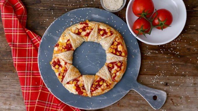 מברישים את הבצק בביצה טרופה ומפזרים שומשום. אופים בתנור שחומם מראש ל-190 מעלות במשך 20-25 דקות או עד הזהבה. צילום אפיק גבאי