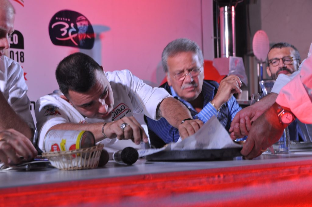 שף דוידה צ׳יבוטיילו בוחן את איכות הפיצות. צילום איריס לוי