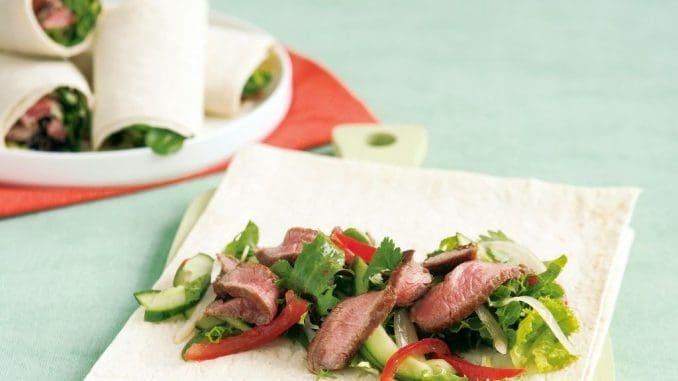 מורידים את הבשר מהמחבת היישר על סלט העלים. מפזרים מעל את שבבי הפרמג'אנו ומגישים
